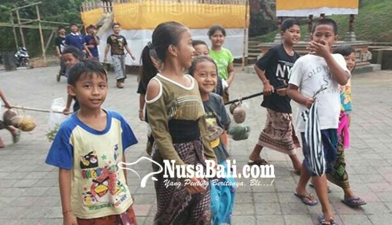 www.nusabali.com-anak-anak-masuk-ke-rumah-krama-buat-minta-hasil-bumi