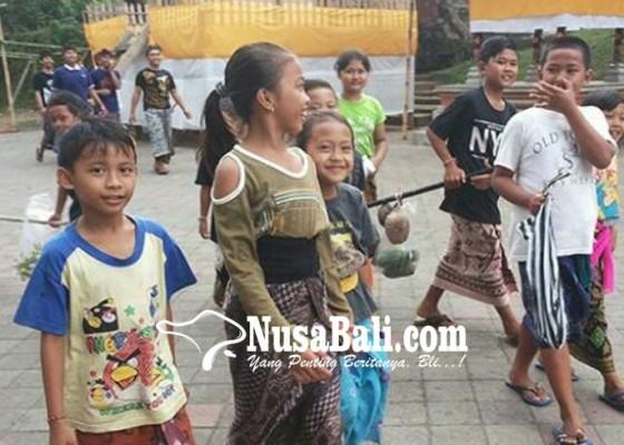 Nusabali.com - anak-anak-masuk-ke-rumah-krama-buat-minta-hasil-bumi