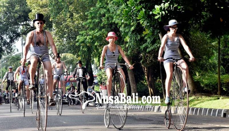 www.nusabali.com-ribuan-peserta-ikut-parade-sepeda-tua-di-denpasar