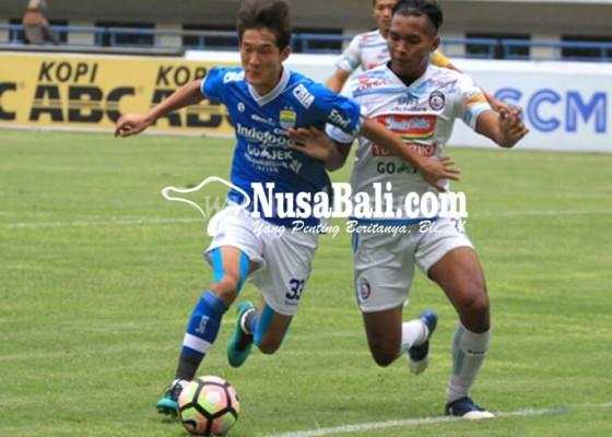 Nusabali.com - penonton-ricuh-persib-tahan-arema