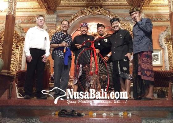 Nusabali.com - 125-penggemar-onthel-kunjungi-puri-ubud
