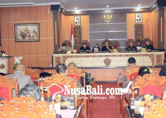 Nusabali.com - bupati-putu-artha-jawab-pandangan-umum-fraksi