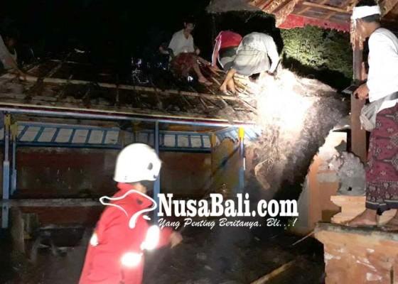 Nusabali.com - bale-piyasan-terbakar-petugas-kesulitan-padamkan-api