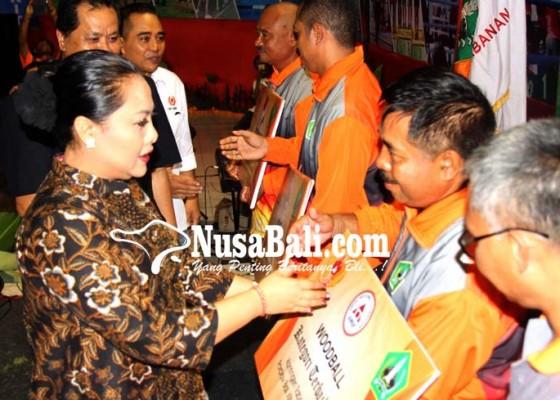 Nusabali.com - atlet-berprestasi-tabanan-terima-penghargaan