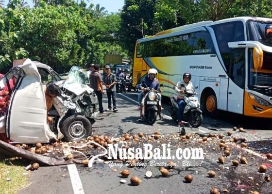 Nusabali.com - gran-max-hantam-bus-pariwisata-sopir-tergencet