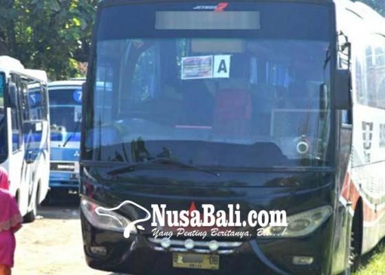 Nusabali.com - bus-parkir-di-pinggir-jalan-dikeluhkan-warga