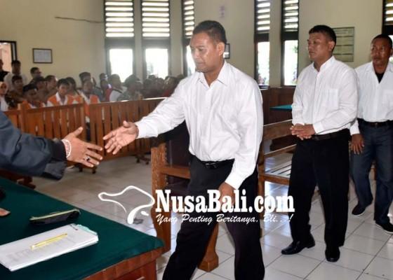 Nusabali.com - tiga-pecalang-pengeroyok-polisi-divonis-4-bulan