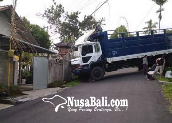 Nusabali.com - truk-melintang-pamedek-terjebak