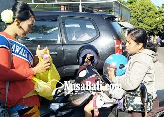 Nusabali.com - peringati-hari-kartini-polwan-bagi-bunga-dan-bingkisan