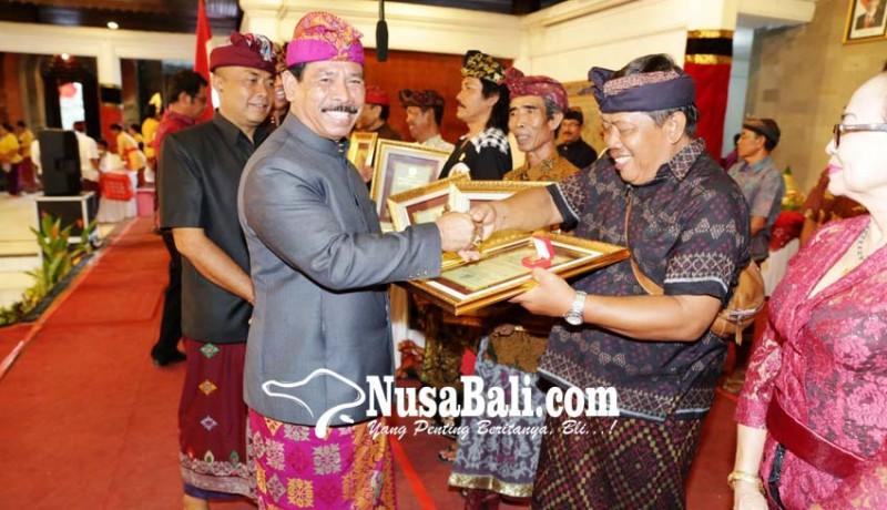 www.nusabali.com-21-seniman-terima-wija-kusuma