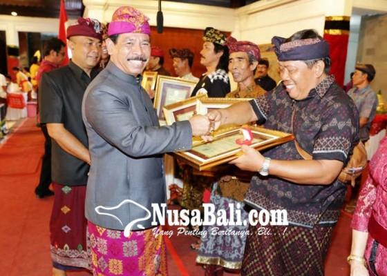 Nusabali.com - 21-seniman-terima-wija-kusuma