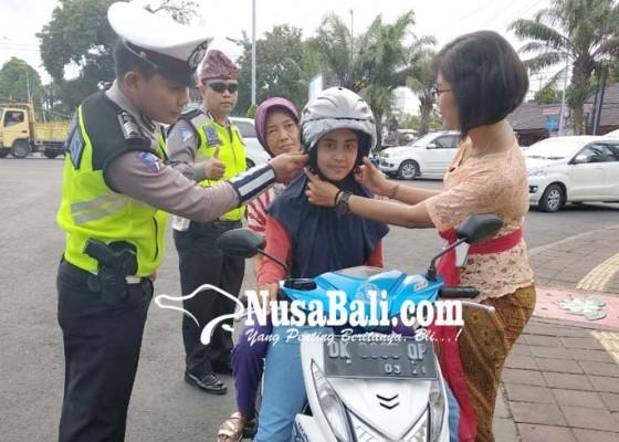 Nusabali.com - hari-kartini-polwan-berkebaya-atur-lalu-lintas