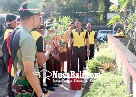 Nusabali.com - peringati-hari-bumi-polres-tanam-pohon