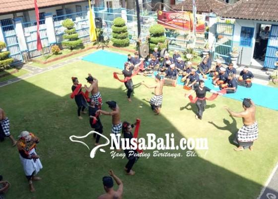 Nusabali.com - para-napi-lapas-tabanan-pentaskan-permainan-tradisional-magoak-goakan