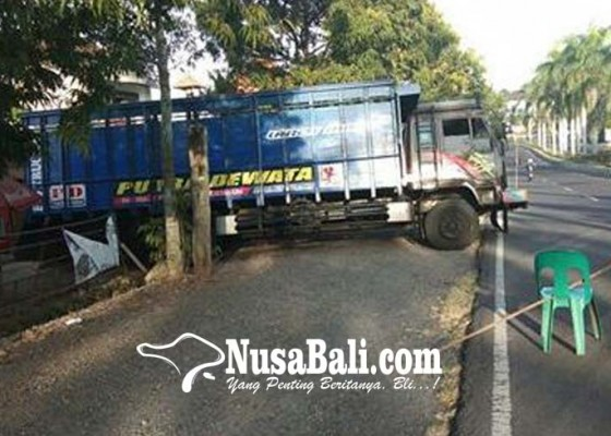 Nusabali.com - truk-terperosok