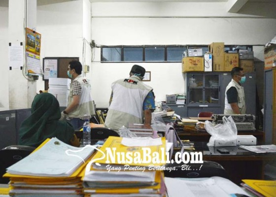 Nusabali.com - kpk-segel-ruang-kerja-bupati-mojokerto
