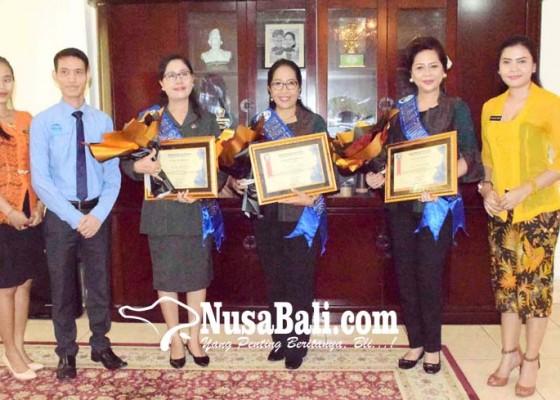 Nusabali.com - ny-suradnyana-dan-ny-sutjidra-terima-penghargaan-kartini-buleleng