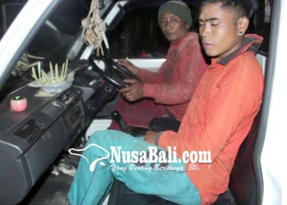 Nusabali.com - buruh-chainsaw-tertimpa-kayu