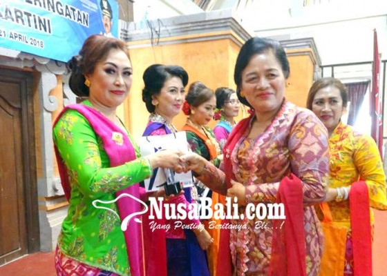 Nusabali.com - pkk-dan-istri-pejabat-diadu-lomba-berbusana-kartini