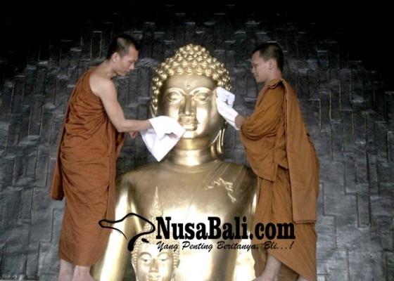 Nusabali.com - sambut-waisak-umat-budha-bersihkan-rupang-buddha