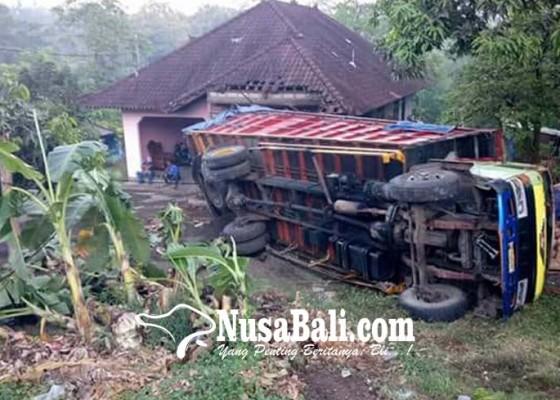 Nusabali.com - tak-kuat-nanjak-truk-terguling-timpa-rumah