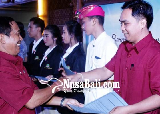 Nusabali.com - siswa-dan-guru-berprestasi-diberi-penghargaan