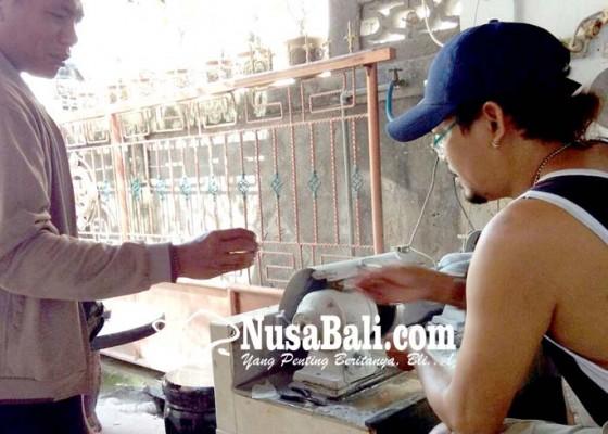 Nusabali.com - bertahan-kendati-kerap-diteror-penghuni-batu