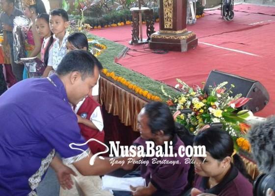 Nusabali.com - may-day-serikat-pekerja-disnaker-gelar-baksos