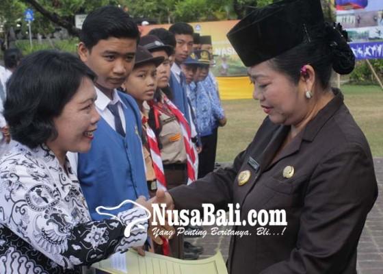 Nusabali.com - siswa-dan-guru-berprestasi-terima-penghargaan
