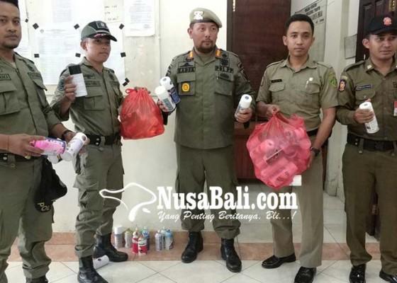 Nusabali.com - satpol-pp-sita-cat-semprot-polisi-tilang-pemotor