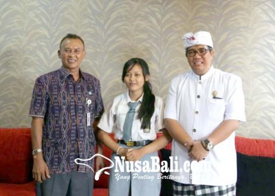 Nusabali.com - wabup-sanjaya-temui-siswi-smkn-peraih-nilai-un-tertinggi-di-bali