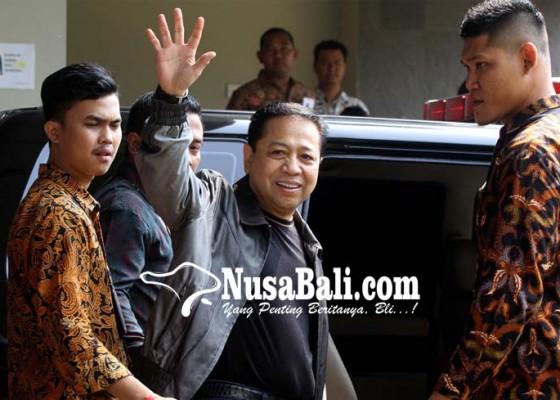 Nusabali.com - dieksekusi-ke-sukamiskin-novanto-tebar-senyum