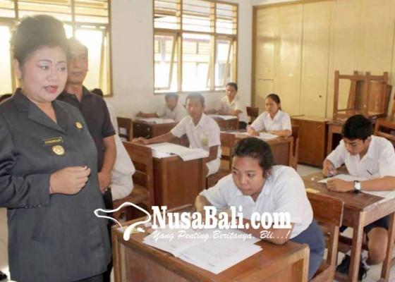 Nusabali.com - bupati-pantau-ujian-paket-b