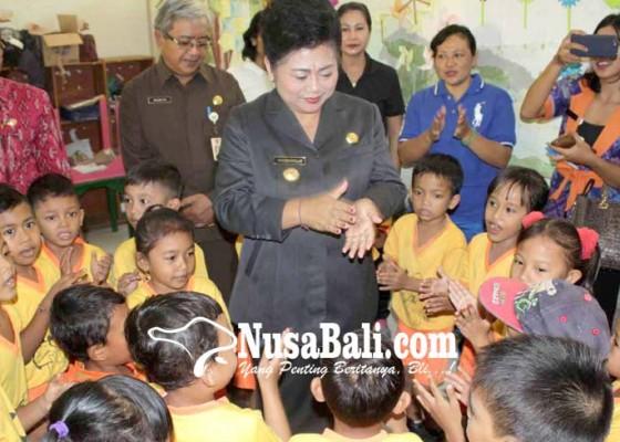 Nusabali.com - rayakan-hardiknas-bupati-mas-sumatri-jadi-guru-tk
