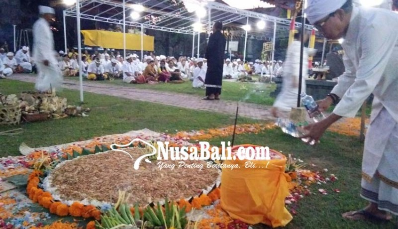 www.nusabali.com-karena-wahyu-dari-pura-gili-menjangan-sarana-nasi-berbentuk-bumi
