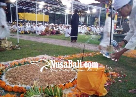 Nusabali.com - karena-wahyu-dari-pura-gili-menjangan-sarana-nasi-berbentuk-bumi