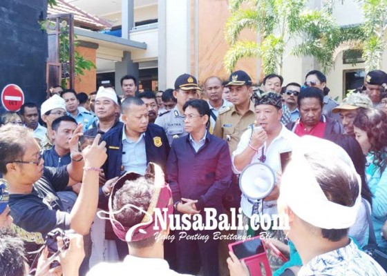 Nusabali.com - komunitas-pejuang-peduli-bali-demo-di-kantor-imigrasi