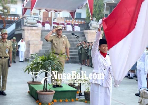 Nusabali.com - peraih-nilai-un-tertinggi-menerima-dana-motivasi-dari-wabup-tabanan