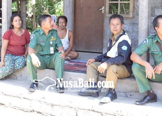 Nusabali.com - gubernur-bantu-warga-miskin-di-desa-peninjoan