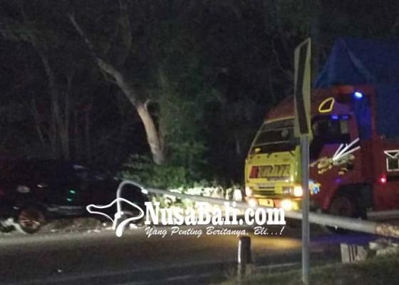 Nusabali.com - tiang-pju-roboh-kendaraan-lewat-uppkb-cekik
