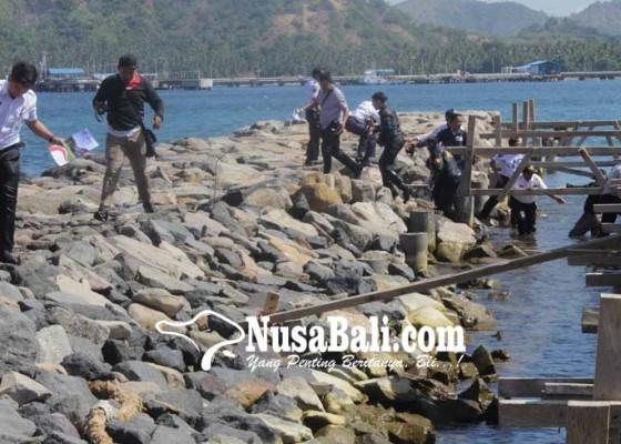 Nusabali.com - rombongan-kemenhub-nyemplung-ke-laut