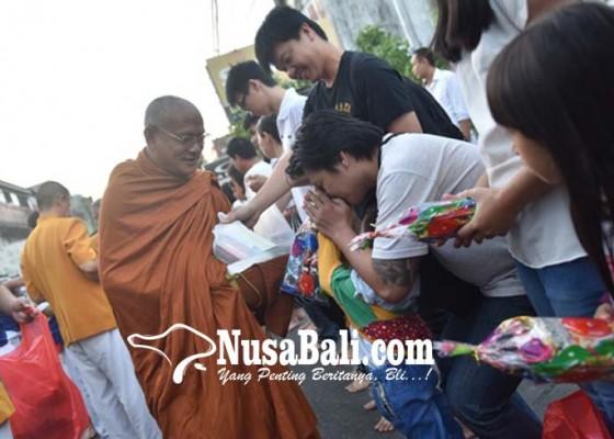 Nusabali.com - masyarakat-antusias-berdana-pada-bhikkhu
