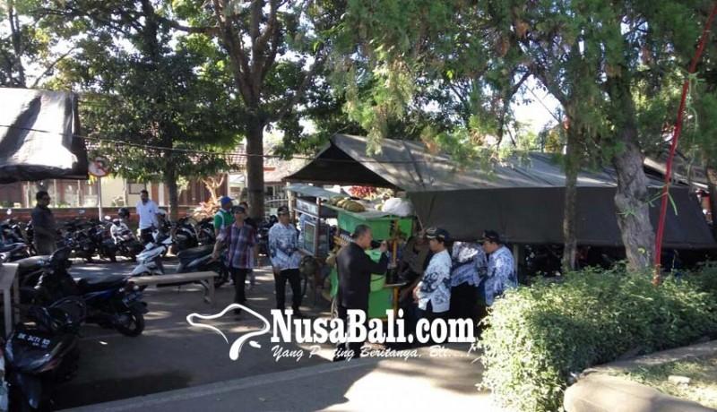 www.nusabali.com-satpol-pp-pulangkan-pegawai-yang-belanja-di-warung