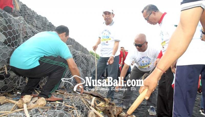 www.nusabali.com-bersih-pantai-dipusatkan-di-teluk-gilimanuk