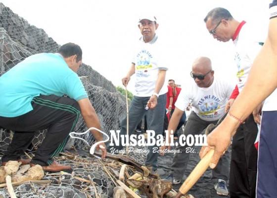 Nusabali.com - bersih-pantai-dipusatkan-di-teluk-gilimanuk