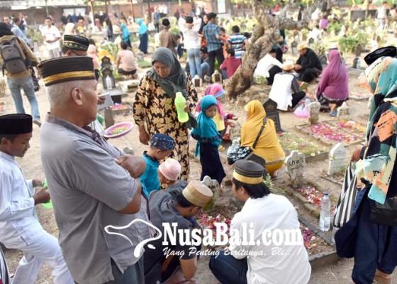 Nusabali.com - umat-muslim-ziarah-kubur-jelang-ramadhan