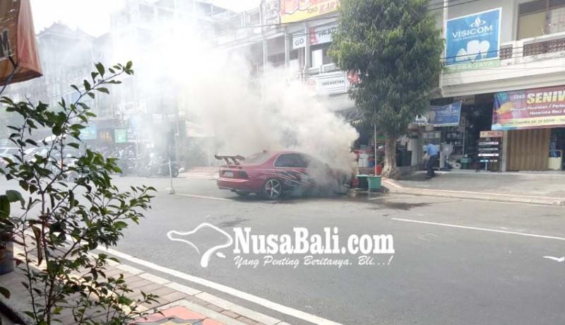 www.nusabali.com-mobil-keluarkan-asap-pengemudi-dan-warga-panik