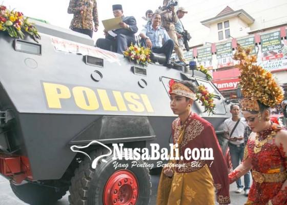 Nusabali.com - nikah-di-atas-mobil-panser