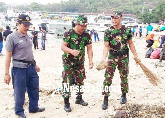 Nusabali.com - aksi-bersihkan-sampah-di-pantai-segara-padangbai