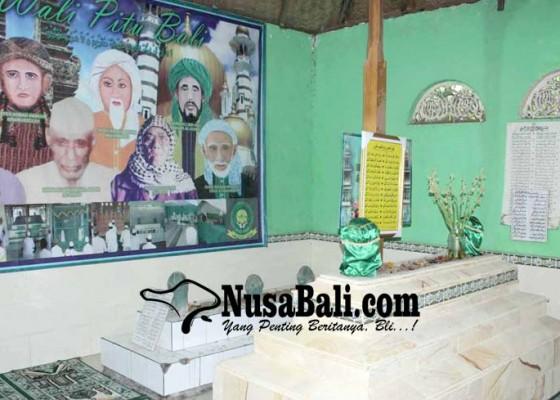 Nusabali.com - aroma-wangi-pada-minggu-malam-pertanda-habib-ali-hadir-di-makam